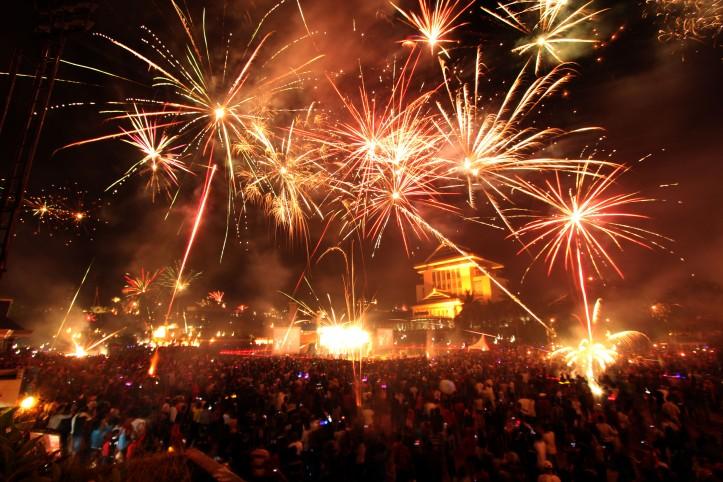 Ribuan warga Kota Ambon menyambut tahun baru 2014 dengan menggelar pesta kembang api di Lapangan Merdeka, Ambon, Maluku, Rabu (1/1) dini hari