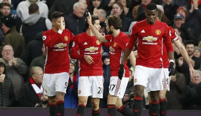 58613f5c4fafa-pemain-manchester-united-merayakan-gol-daley-blind_663_382