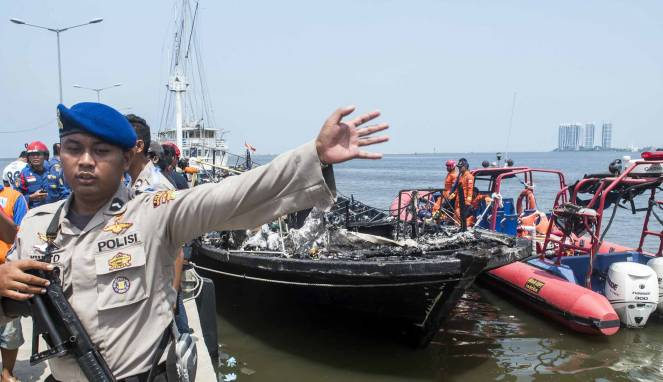 5868c2e997524-evakuasi-kapal-terbakar-zahro-express_663_382