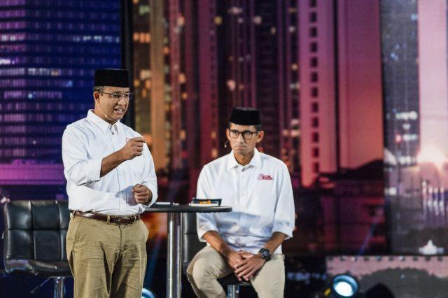 Pasangan calon Gubernur dan Wakil Gubernur DKI Jakarta Anies Baswedan (kiri) didampingi Sandiaga Uno (kanan) menyampaikan visi dan misinya saat Debat Calon Gubernur dan Wakil Gubernur DKI Jakarta di Hotel Bidakara, Jakarta,