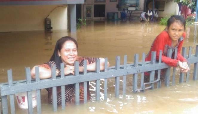 58ac237b7acb5-warga-cipinang-melayu-bertahan-di-rumahnya-meski-terendam-banjir_663_382