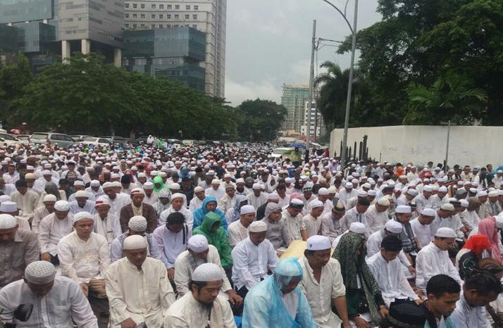 ribuan-umat-islam-shalat-jumat-saat-aksi-damai-212-_161202141115-312